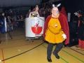 Gräfin Ida-Olga läßt sich von ihrem Esel-Grafen durch die Halle ziehne