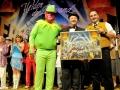 Kermit und Ecki freuten sich über die 455 Euro die Michaelt Theurer für das Original des Bühnenbe