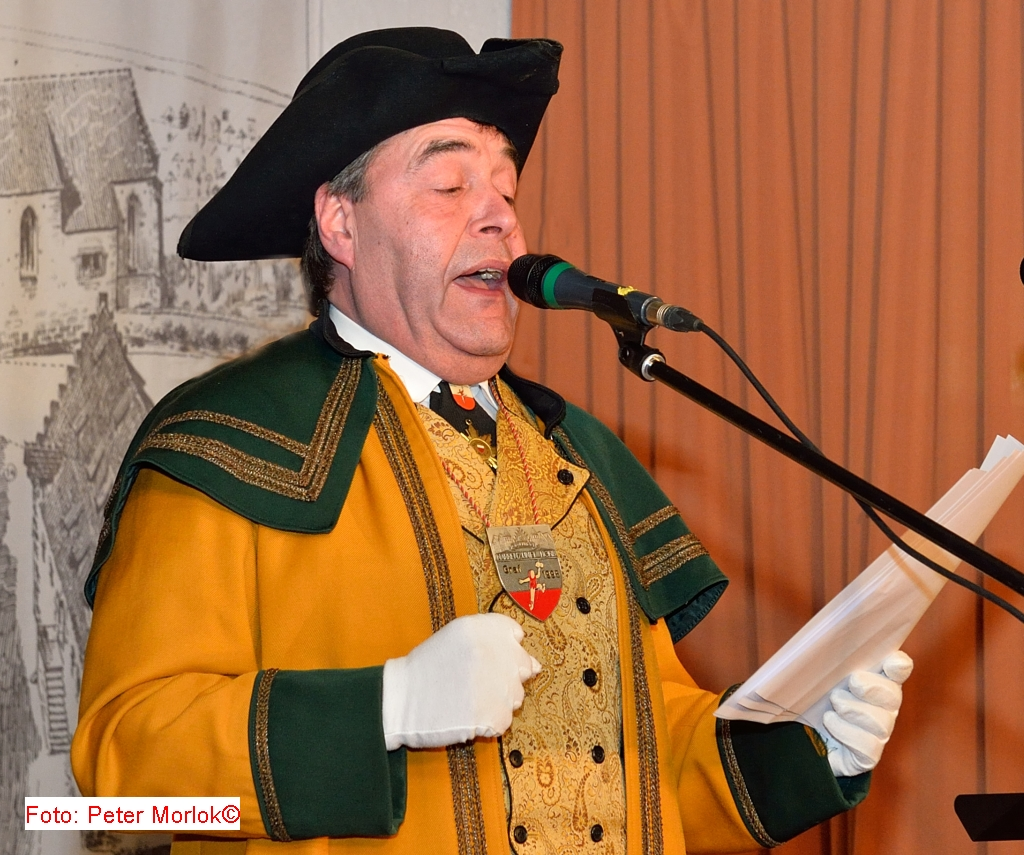 Hofmarschall Thomas Metze Kreidler verkündet die Namen des Grafenpaars